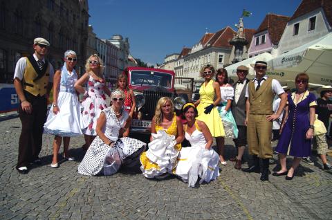 Oldtimerfans bei der Ennstal Classic am Steyrer Stadtplatz