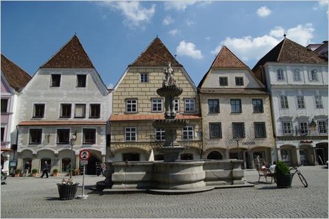 Steyr - Altstadthäuser hinter dem Leopoldibrunnen