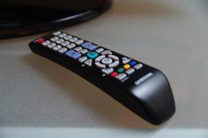 Die Fernbedienung des Samsung-Fernsehers gibt kaum Rätsel auf, allerdings fehlt bei diesem Modell ein dezidierter Button zur Umstellung des Bildschirmformats.