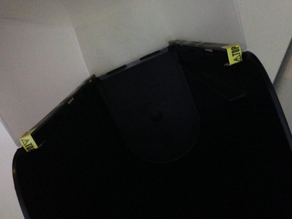 Der Papierauffangbehälter muss zusammengesteckt werden