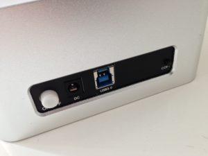 Die Anschlüsse befinden sich an der Rückseite und die Schalter sind so ausgeführt, dass man sie nicht einfach aus Versehen drückt.