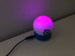 Der Sphero 2.0 leuchtet und blinkt in verschiedenen Farben.
