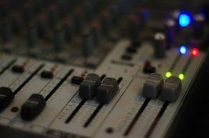 Ein professioneller Sprecher sorgt mit seiner ausgebildeten Stimme für eine perfekte Aufnahme.