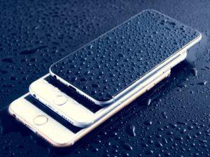 Nicht jedes Smartphone übersteht eine Wasserberührung gut