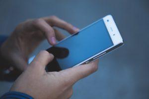 Günstige Smartphones gibt es häufig in Verbindung mit dem Abschluss eines Mobilfunkvertrages